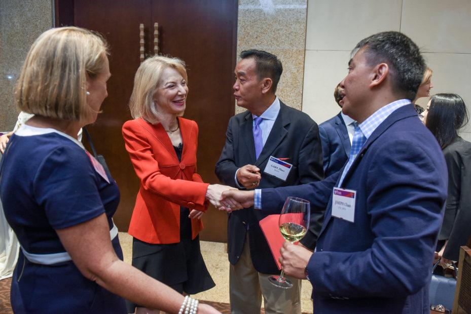 在昨晚北京举办的宾大校友会上,古特曼校长感谢宾大中国校友会对这次活动的全力支持
